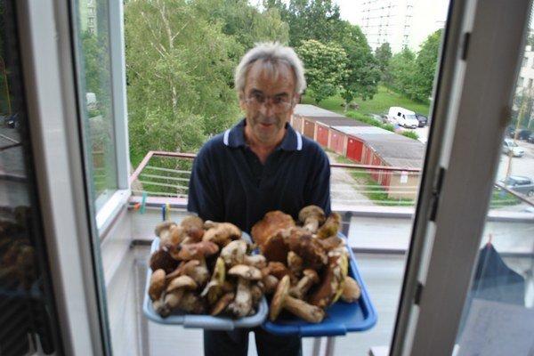 Anton Biznár s úlovkom. Dubáky sa ani na dve tácky nezmestili.