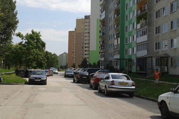 Časť Raketovej. Rozšíria tu cestu, doplnia miesta na parkovanie.