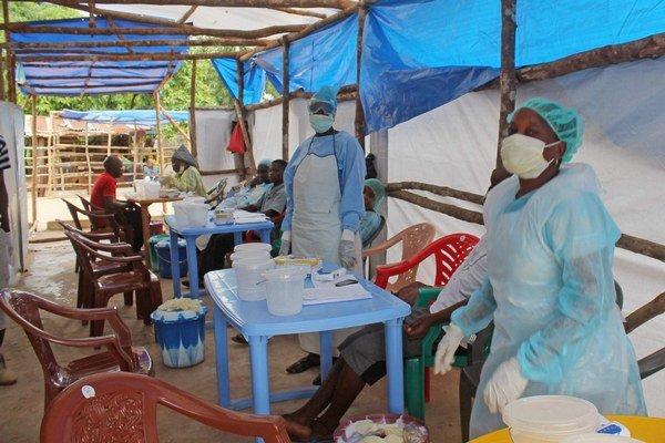 Africkí zdravotníci. Ošetrujú chorých na ebolu.