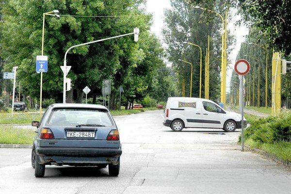 Ždiarska. Pred križovatkou bočia autá doľava k Bille.