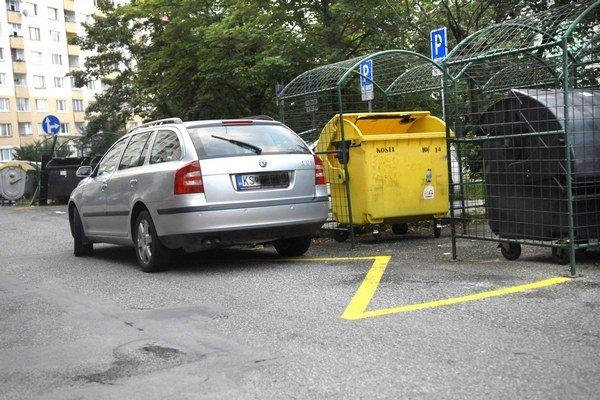 Parkovanie na žltých čiarach. Je zakázané aj v noci.