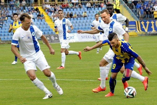 Dvojgólový strelec. Erik Pačinda (vpravo s loptou) výsledok 4:0 v pohári načal aj dokončil.