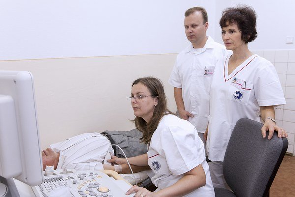 V spánkovom laboratóriu. Vyšetrenie pozostáva zo sledovania viacerých pacientových funkcií.