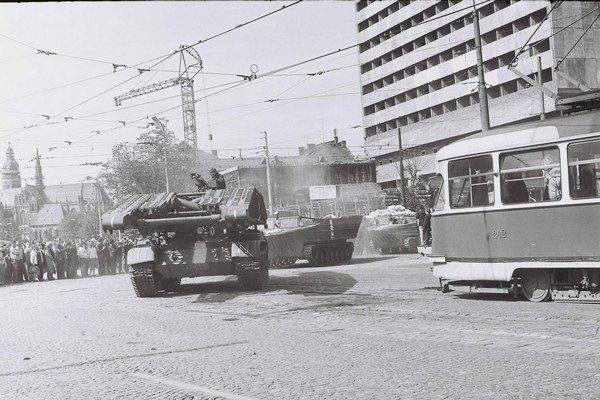 Leninova ulica. V auguste 1968 tu ľudí pobúrených okupáciou nahnevala žena strhávajúca plagáty.