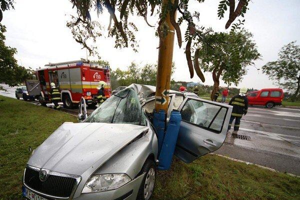 Auto sa obtočilo okolo stĺpa.