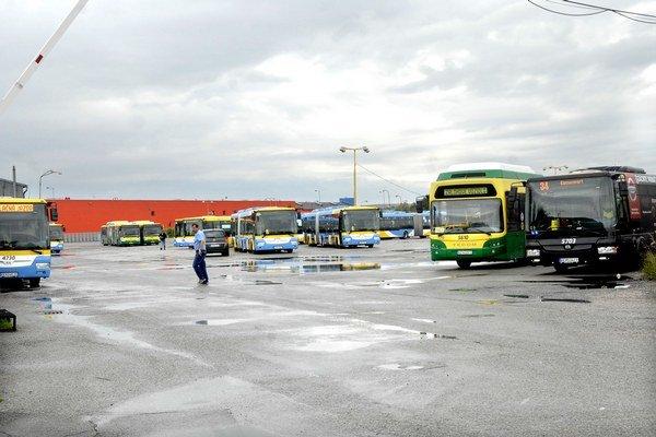 Parkovisko DPMK vo VŠA. Mesto musí riešiť viac problémov naraz - kam s autobusmi, ako postaviť štadión a hlavne za čo.