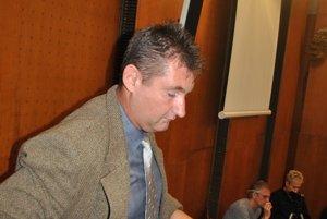 Kovacs Miklos. Odchádza zo súdu, ktorý ho ako znalca vylúčil.