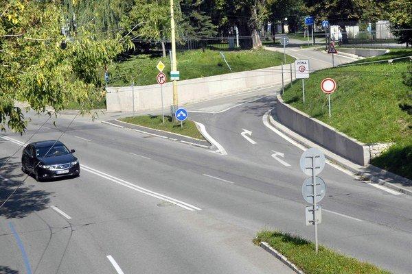 Cesta zo Štefánikovej do parku. Verejnosť sa ňou v budúcnosti dostane na súkromné platené podzemné parkovisko v areáli firmy, zatiaľ je tam ešte len stavenisko.