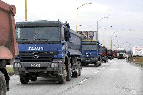 Kamióny v košických uliciach. Po meste môžu jazdiť ešte aspoň ďalších 6 rokov.
