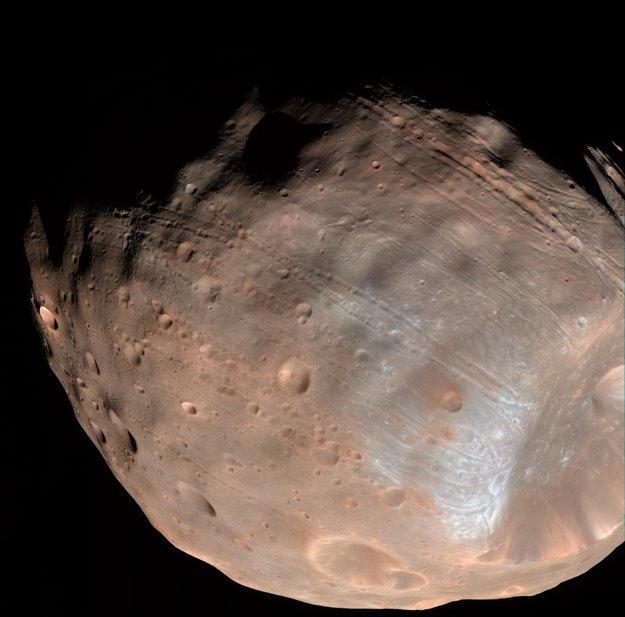 Ryhy na Phobose sú výsledkom nahromadeného pnutia.