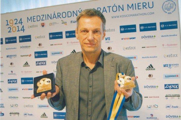 Najcennejší suvenír. Branislav Koniar pózuje s účastníckymi medailami.