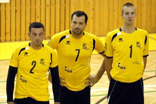 Nástup pred zápasom. Zľava Valerio Savio, Radovan Škvarek a Martin Vokál.