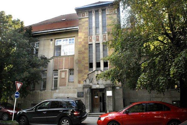 Chýrmi opradená klinika. Stomatológia na Rastislavovej, kde šéfuje otec a robí syn i dcéra.