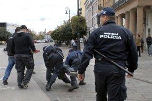 Minulý rok polícia použila v Košiciach obušky proti tým, ktorí prišli na protest proti právam homosexuálov.