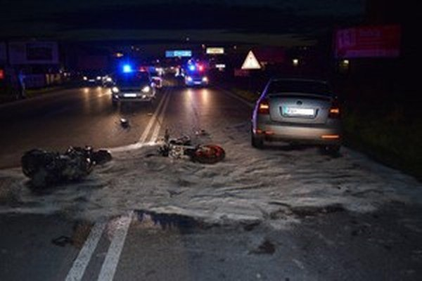 Po zrážke motorku auto zošrotovalo.
