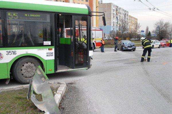 Po zrážke. Obe vozidlá skončili rozbité.