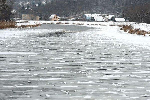 Zamrznutá rieka Hornád pri splave v Košiciach.