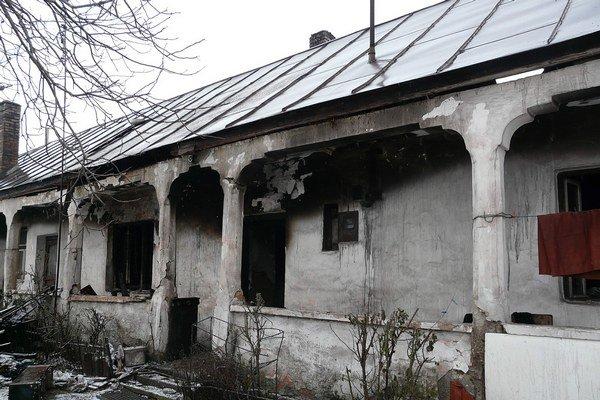 Po uhasení. Plamene zrejme poškodili aj statiku domu.