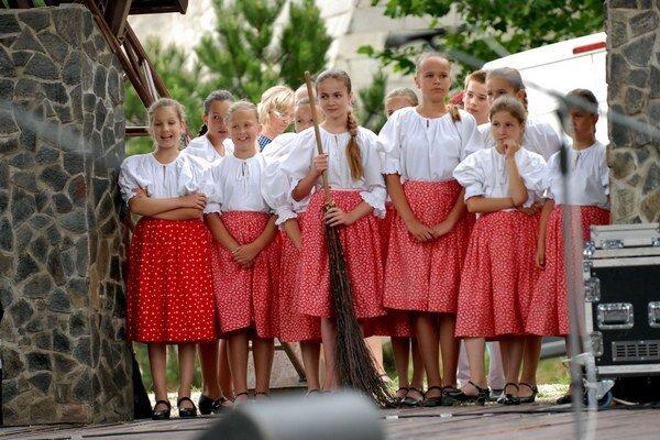 Mladé folkloristky z Čarničky. Minulý rok ich vytlieskalo vyše 500 návštevníkov Abovských folklórnych slávností v Rozhanovciach.