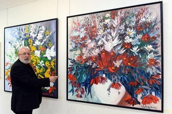 Na snímke autor Josef Valčík, vpravo obraz Kytica v bielej váze.