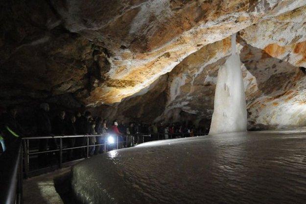 Dobšinská ľadová jaskyňa bola prvou osvetlenou jaskyňou v Európe.