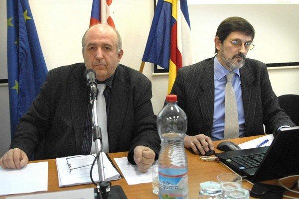 Starosta (vľavo) a jeho zástupca. Zverejnením chceli predísť otázkam.