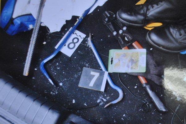 Kufor Gabrielovho auta. Policajti v ňom našli veci k lúpeži.