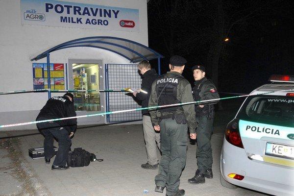 Miesto činu.  Polícia zaisťovala stopy do neskorej noci.