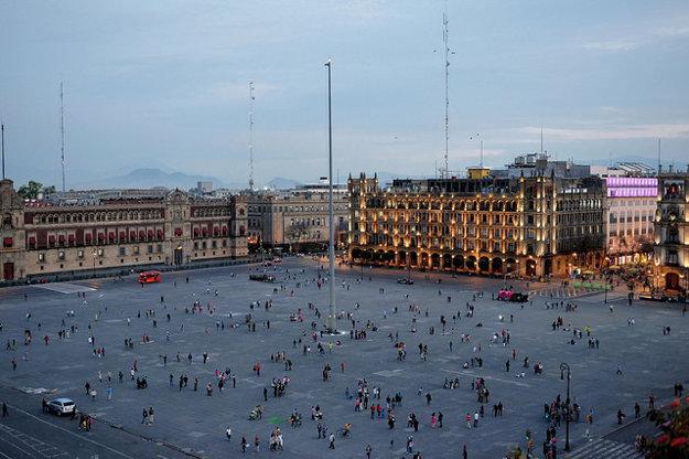 El Zócalo je najväčšie námestie v Mexico City. Niektorým jeho mestským štvrtiam je však lepšie sa vyhnúť.