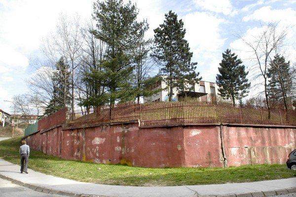 Oporný múr. Problémom sú vysoké stromy nad ním.