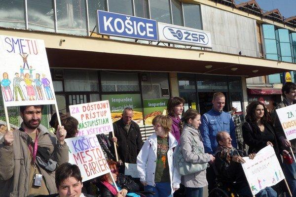 Neignorujte nás. Ľudia s obmedzeným pohybom protestovali pred stanicou.