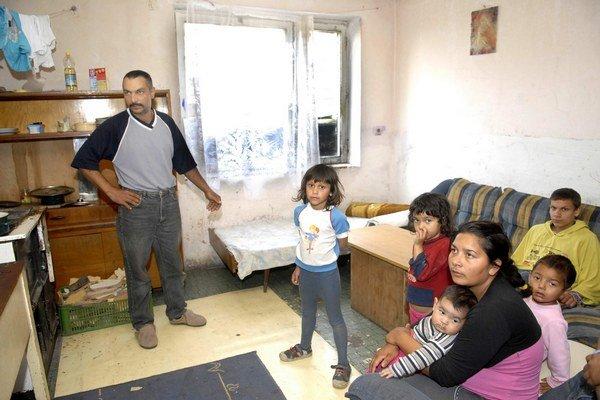 Byt Janovcov je na prízemí. Otec Vasiľ priznal, že syn z domu občas vylieza aj von oknom.