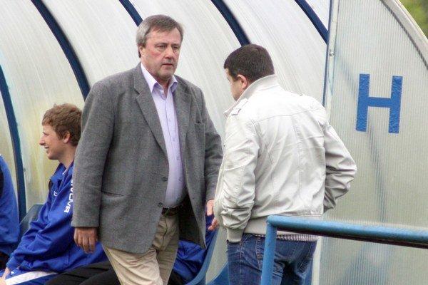 Lavička. Tréner Vladimír Rusnák st. vľavo v debate s manažérom Jozefom Matim.