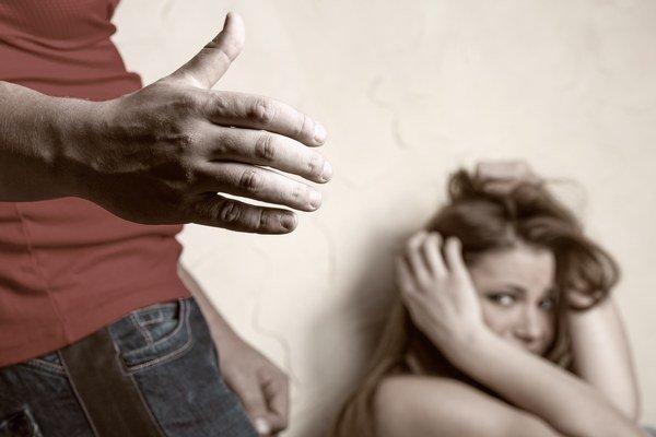Týrané ženy. Za fyzický a psychický nátlak sa hanbia. Niekedy nevedia, kde hľadať pomoc.