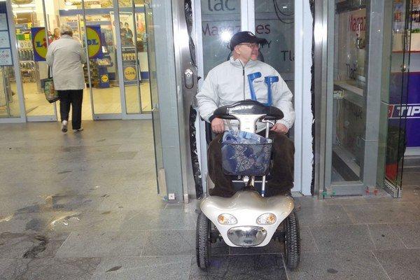 Elektrický skúter. Do výťahu tesne vojde, no sú aj širšie vozíky.