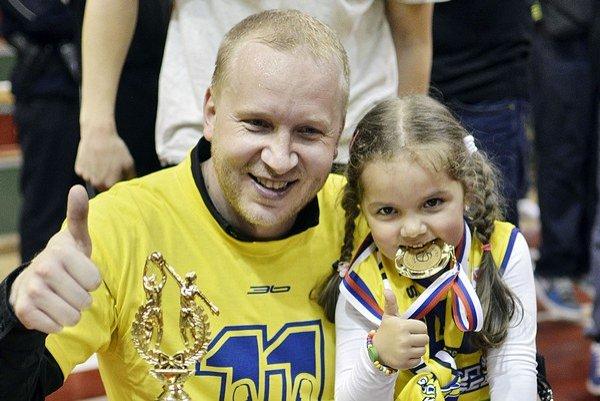 Tréner Košíc Maroš Kováčik s dcérou, pózujú s trofejami.