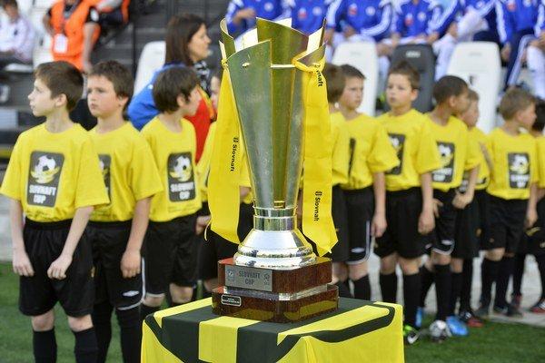 Pohár pre víťaza finálového zápasu Slovenského pohára Slovnaft Cup získali futbalisti Košíc.