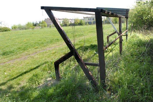 Bývalé futbalové ihrisko. Obyvatelia okolitých rodinných domov sa sťažujú, že zanedbaná lokalita priťahuje bezdomovcov a vyčíňajúcu mládež.