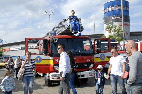 Oslavy. Rodičia dovolili deťom vyliezť aj na strechu hasičských áut.