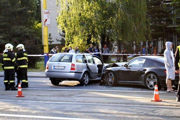 Porsche v octavii. Škodovka zrejme spôsobila hromadnú nehodu.