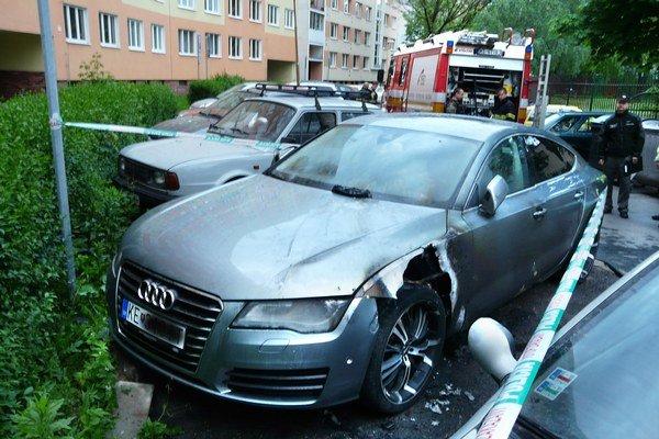 Po požiari. Začali vyšetrovať, kto auto zapálil.