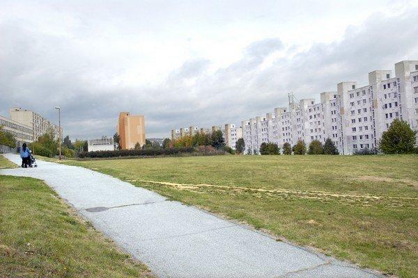 Plocha ako stvorená pre park. Lavičky obrastú stromy.