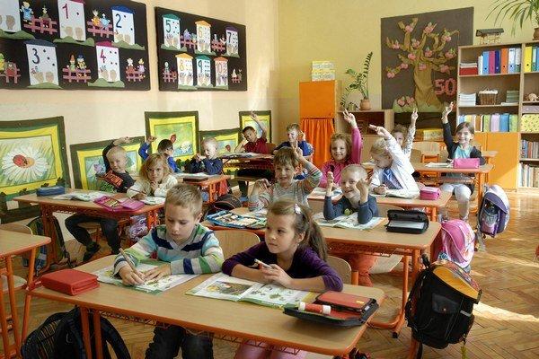 Deti sa na oslavy tešia. Škola je staršia ako mnohí ich rodičia.