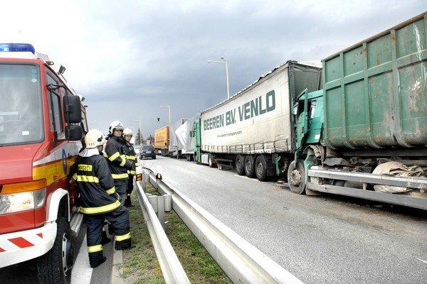 Po zrážke. Hasiči mali čo robiť, kamióny boli navzájom zakliesnené.