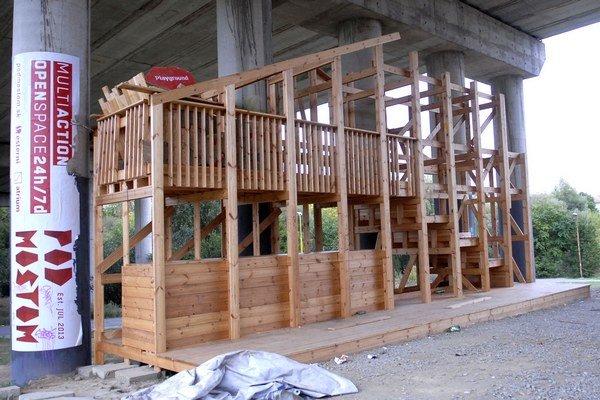 Pod mostom. Bezdomovcov projekt nezaujíma, hlavne, že majú čím kúriť.