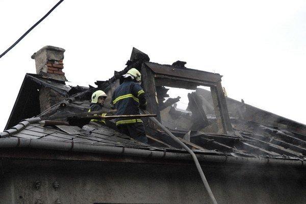 Zhorela strecha. Príčina bola jednoznačná, nevyčistený komín!