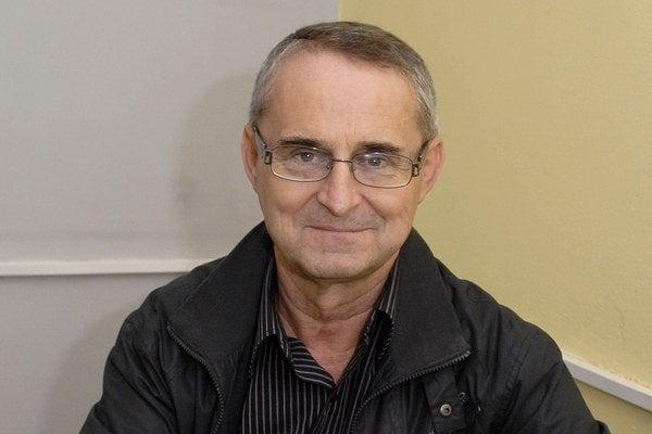 Ján Dreveňák v knihe kritizuje spoločnosť.