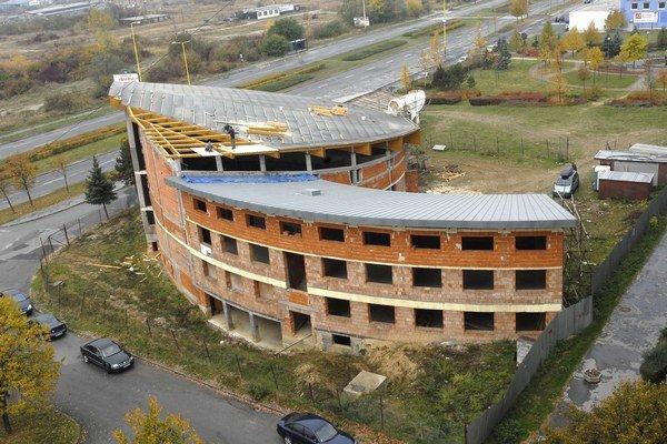 Už doň nenaprší. Stavba je pripravená na zimu.