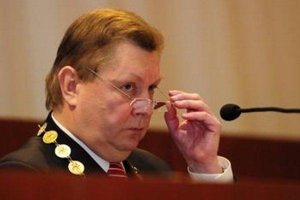 Košický župan Zdenko Trebuľa zo Smeru sa roboty nebojí. Jeho úradníci však radšej zverili právne služby súkromníkom. Teraz názor menia.