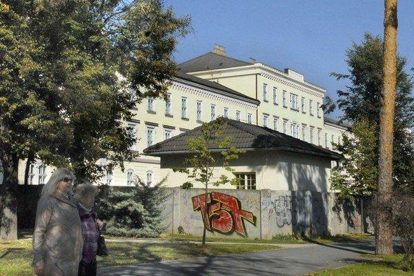 """Bývalá """"kadetka"""" na Komenského. Bude v nej nové sídlo časti Daňového úradu?"""